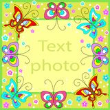 Struttura originale per le foto ed il testo Le farfalle allegre fluttuano sopra i precedenti verdi e creano un umore festivo Un r illustrazione di stock