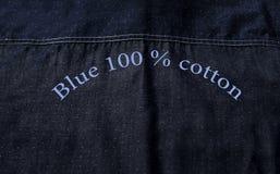 Struttura posteriore della camicia blu fatta da cotone puro con testo Immagini Stock