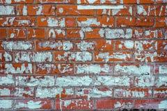 Struttura rossa d'annata del muro di mattoni con i pezzi di vecchi annunci di carta fotografia stock libera da diritti