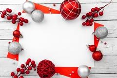 Struttura rossa di natale con le palle Invito di nuovo anno fotografie stock libere da diritti
