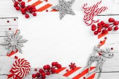 Struttura rossa di natale con le stelle, i fiocchi di neve e le caramelle fotografia stock