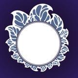 Struttura rotonda con le foglie nel bianco su un fondo blu Fotografie Stock Libere da Diritti