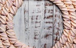 Struttura rotonda della caramella gommosa e molle su un fondo di legno leggero Con spazio vuoto per testo fotografia stock
