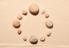 Struttura rotonda delle pietre del mare sulla sabbia Priorità bassa della spiaggia di estate Fotografia Stock Libera da Diritti