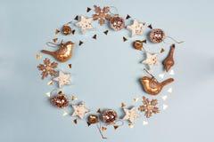 Struttura rotonda dello spazio dorato della copia di spirito delle decorazioni di Natale su fondo blu fotografie stock