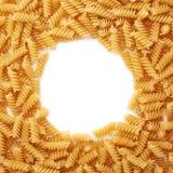 Struttura rotonda fatta della pasta asciutta di rotini sopra fondo bianco isolato immagine stock libera da diritti