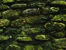 Struttura rustica muscosa della foto del primo piano della parete di pietra Parete di pietra ruvida di costruzione antica Immagini Stock