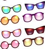 Struttura senza cuciture con i vari occhiali da sole su un fondo bianco Fotografie Stock Libere da Diritti