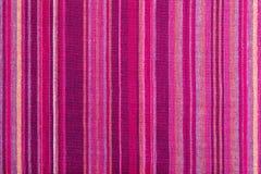 Struttura a strisce del tessuto con i colori caldi multipli porpora, porpora, magenta, rosa, rosso, marrone rossiccio, arancio, g fotografia stock libera da diritti