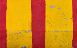 Struttura a strisce rossa e gialla della barriera della strada fotografia stock libera da diritti
