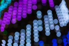 Struttura vaga astratta del bokeh da vari cerchi leggeri bianchi, blu, immagini stock