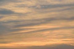 Struttura vaga delle nuvole variopinte di tramonto fotografia stock