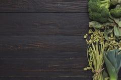 Struttura verde di pasta e delle verdure sul fondo di legno del rustiv Immagine Stock