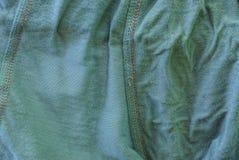 Struttura verde grigia del tessuto di un pezzo di panno sgualcito fotografie stock libere da diritti