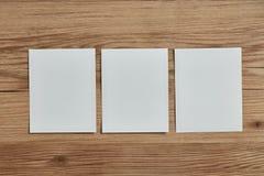 Struttura vuota della polaroid su fondo di legno Immagini Stock