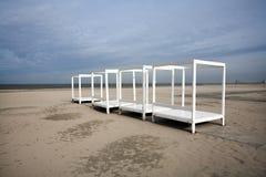 Strutture bianche sulla spiaggia Fotografie Stock