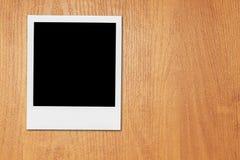Strutture in bianco della foto della polaroid sullo scrittorio Immagini Stock Libere da Diritti