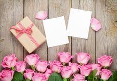 Strutture della foto, contenitore di regalo e rose rosa Fotografia Stock