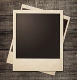 Strutture della foto della polaroid sul fondo di legno di lerciume Fotografia Stock