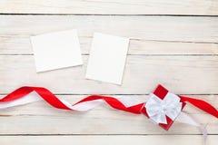 Strutture della foto e contenitore di regalo con i nastri fotografie stock