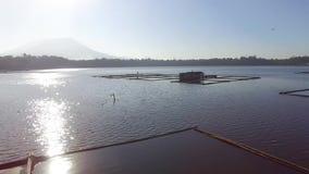 Strutture di bambù sviluppate per acquacoltura locale quella sussistenza ai pescatori stock footage