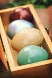 Strutture di carta d'annata, uova di Pasqua variopinte in scatola di legno (dof basso) Immagini Stock Libere da Diritti