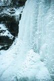 Strutture di ghiaccio su una cascata congelata immagine stock libera da diritti