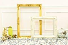 Strutture di legno dorate e bianche in bianco d'annata e sottile decorativo Fotografia Stock Libera da Diritti