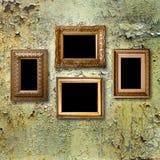 Strutture di legno dorate per le immagini sulla parete metallica arrugginita Immagine Stock