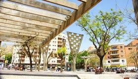 Strutture di legno e di vetro in un parco Immagini Stock Libere da Diritti