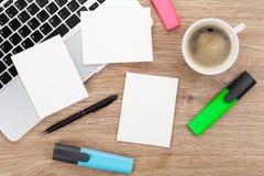 Strutture istantanee in bianco della foto sopra la tavola dell'ufficio Immagine Stock