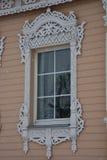 Strutture scolpite di legno della finestra - decorazione elegante e bella praticità Fotografie Stock