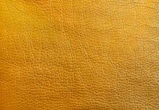 Strutturi il cuoio metallico dell'oro come fondo Fine in su fotografia stock libera da diritti