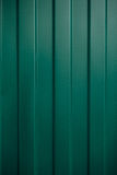 Strutturi il ferro ondulato verde di alluminio su uno strato della facciata, te Fotografia Stock Libera da Diritti