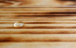 Strutturi la piccola goccia di acqua su fondo di legno illustrazione di stock
