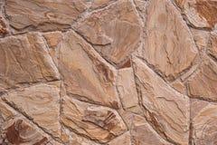 Strutturi la vecchia parete della roccia fatta di fondo di pietra casuale Immagine Stock