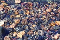 Strutturi le chiare acque trasparenti della sfuocatura del lago del mare Immagini Stock