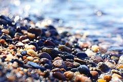 Strutturi le chiare acque trasparenti della sfuocatura del lago del mare Fotografia Stock