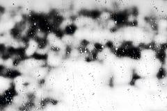 Strutturi le gocce di pioggia sul vetro di finestra per pioggia, i colori in bianco e nero, la foto, fondo insolito immagine stock libera da diritti