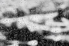 Strutturi le gocce di pioggia sul vetro di finestra per pioggia, i colori in bianco e nero, la foto, fondo insolito fotografia stock libera da diritti