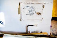 Stryka dörren för den traditionella ryska ugnen - lampglas Arkivbild