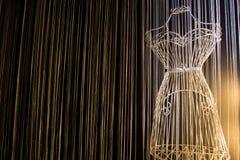 Stryka klänningen på en svart bakgrund Arkivfoto