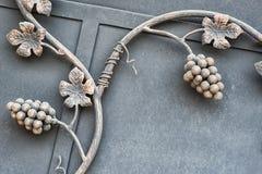 Stryka porten med dekorativ frunch för vindruva, den arkitektoniska detaljen och symbol av viniculture med text Royaltyfri Foto