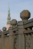 Stryka räcke av bron och en St Peter kyrka i Riga, Lettland Royaltyfria Bilder
