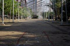 Stryka rörledninghallet i parkerabakgrunden, genom att bygga fotografering för bildbyråer