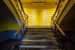 Stryka tappningtrappa med nitar i den gamla övergav herrgården Royaltyfri Foto
