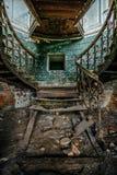 Stryka tappningtrappa med nitar i den gamla övergav herrgården Royaltyfri Bild