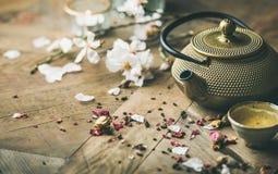 Stryka tekannan, koppar som torkas steg knoppar, blommande mandelblommor, stearinljus Royaltyfri Fotografi