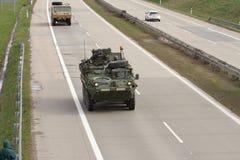 Stryker, veículo blindado rodado conduz na estrada fotos de stock