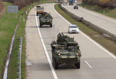 Strykers, veículos blindados rodados conduz na estrada Imagens de Stock